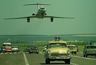 Как снимали посадку самолёта на шоссе в «Невероятных приключениях итальянцев в России» (8 фото)