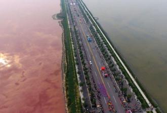 Китайское озеро за одну ночь приобрело кроваво-красный цвет (1 фото)