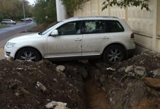 Московские строители решили проучить этого горе-водителя (4 фото)