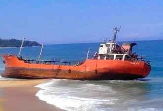 Корабль-призрак пристал к берегам Либерии (6 фото)