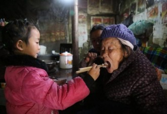 Пятилетняя девочка, брошенная матерью, стала единственным опекуном своих пожилых больных родственников (10 фото)