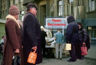 Советские времена. На бульвар привезли бочку пива
