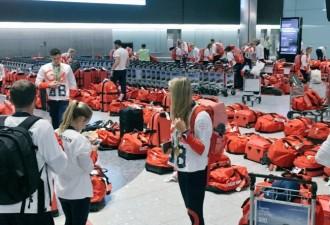 Британские спортсмены радовались одинаковым чемоданам, пока не оказались в аэропорту (4 фото)