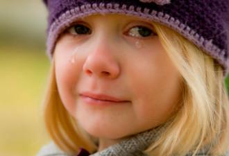 Девочка шла по улице и плакала, все думали, что она просто получила двойку