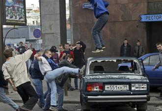 Самые жестокие и безумные выходки футбольных болельщиков (6 фото)