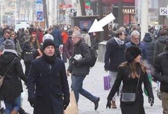 На фото отмечен седовласый человек, он идёт на работу