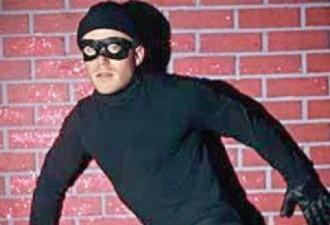 Он позвонил в полицию, чтобы сообщить об ограблении