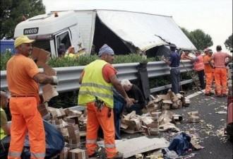В Италии перевернулся грузовик с деньгами (4 фото)