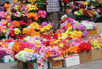 Почему церковь просит не носить на могилы искусственные цветы (4 фото)