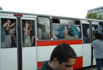 В забитом автобусе возмущённый голос
