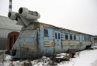 На первый взгляд, это старый заброшенный локомотив. Но погоди, лучше подойди ближе! (9 фото)
