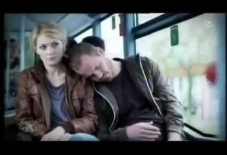 Едем с девушкой в автобусе