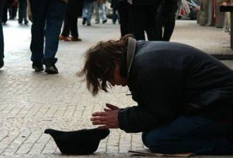 Мальчик держал в руках табличку со словами: «Я слепой, пожалуйста, помогите!»