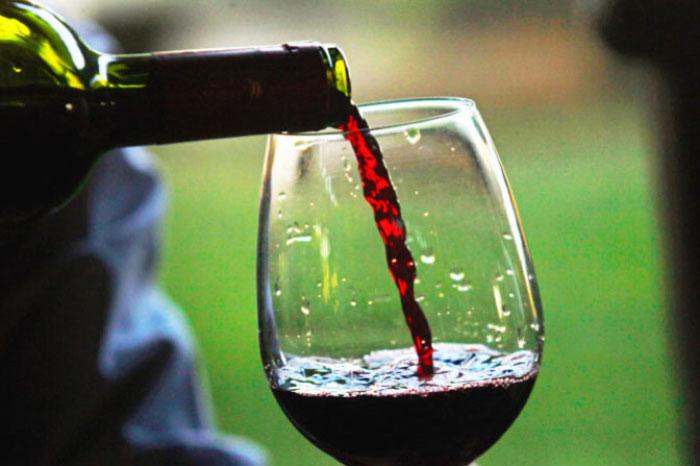 odin-bokal-krasnogo-vina-0