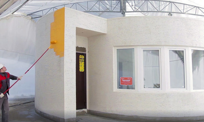 Apis-Cor-Tiny-House-Painting-1020x610
