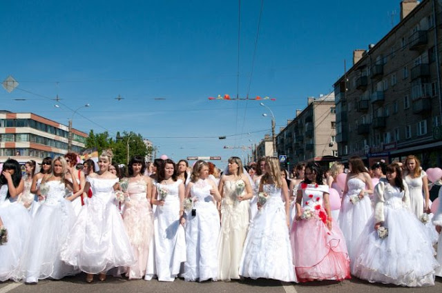 Brides_parade_-_Ivanovo_2011-688x457
