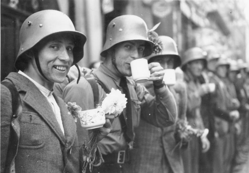 Einmarsch in das Sudetenland. Die Männer des sudetendeutschen Freikorps bekommen von der Bevölkerung Erfrischungen. Members of the Sudeten-German Voluntary Corps are served refreshments by the population. 3.10.1938 9.00 Uhr Eger. Sudetenland