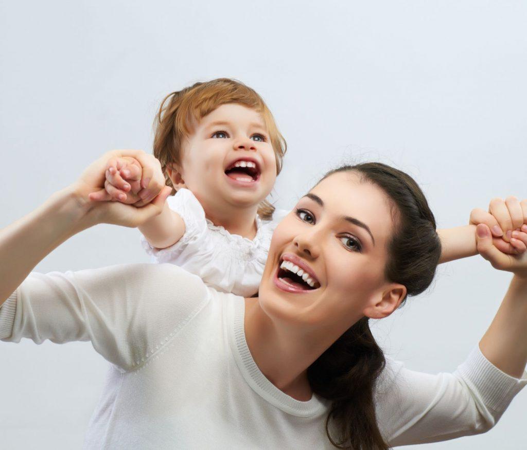счастливая-мать-с-ребенком-на-руках-3000-х-2562-рх