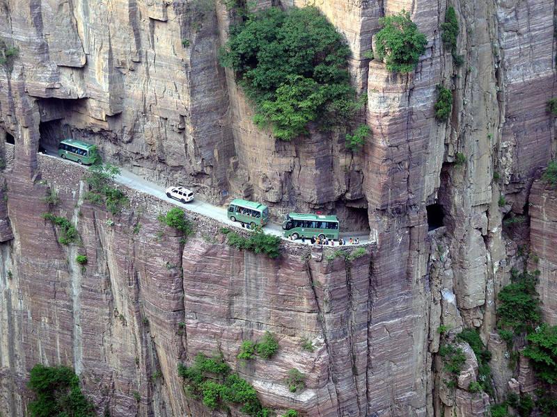 Топ-10 самых опасных и страшных дорог в мире: смертельное путешествие