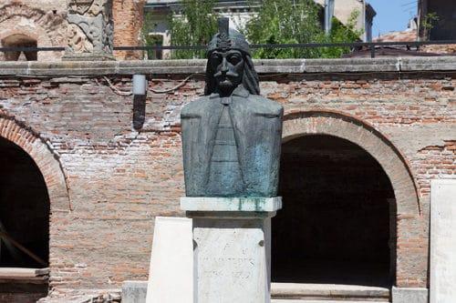 Рисунок 1. Памятник Владу Цепешу.