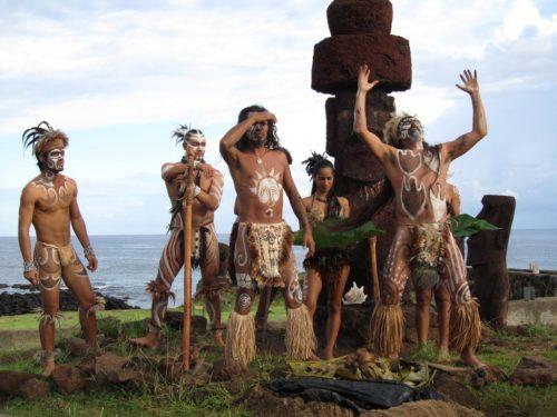 Рис.1 Рапануйцы во время имитации обряда для туристов