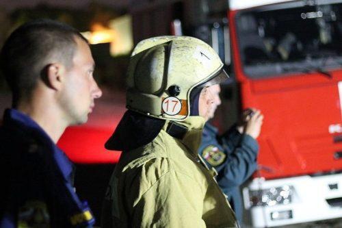 Рис. 2. Пожарные около пяти часов тушили жилой дом в Бердске: спасены двое пенсионеров