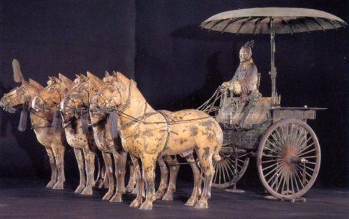 Рисунок 2. Терракотовые кони и металлическая колесница