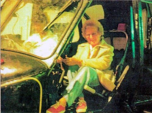 Рисунок 2. Женщина рядом с призраком в вертолете