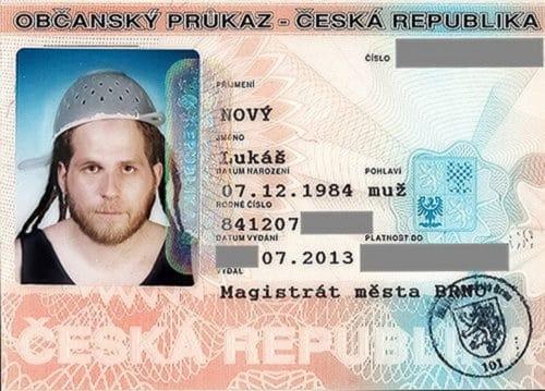 Рисунок 3. Фото с дуршлагом на голове на паспорт
