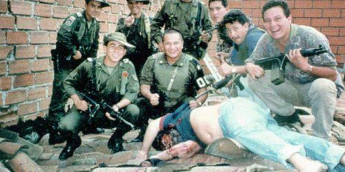 Рисунок 5. Полицейские над телом убитого Пабло Эскобара