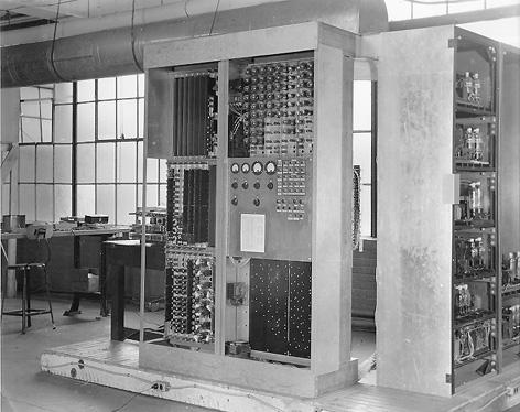 Рис.6 Компьютер EDVAC